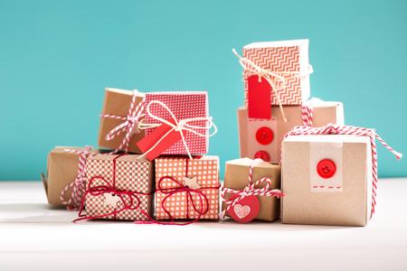 Het verzamelen van kleine handgemaakte geschenkdozen op een blauwe achtergrond Stockfoto