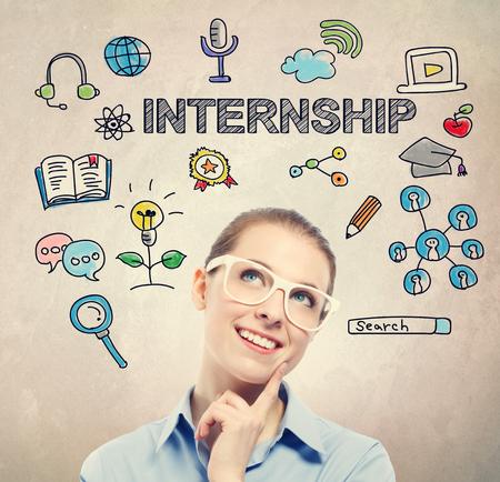 흰색 안경을 착용하는 젊은 비즈니스 여성과 인턴십 개념