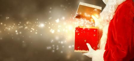開く茶色の金着色された背景に赤いクリスマス サンタ クロース