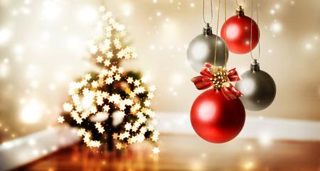 estrellas de navidad: Bolas de Navidad con luces en forma de estrella en un �rbol de Navidad