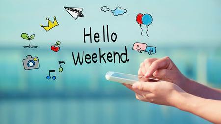 fin de semana: Hola concepto de fin de semana con la persona que tenga un teléfono inteligente