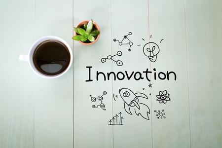 innovación: Concepto de la innovación con una taza de café en una mesa de madera de color verde pastel