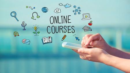 Online cursussen concept met persoon die een smartphone