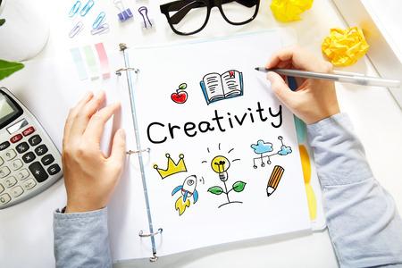 사람이 그리기 사무실에서 흰 종이에 창의력 개념 스톡 콘텐츠