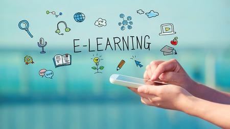 E-learning concept met persoon die een smartphone Stockfoto