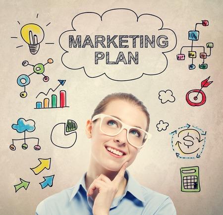 persona pensando: Concepto de Plan de Marketing con la mujer de negocios joven que llevaba gafas blancas