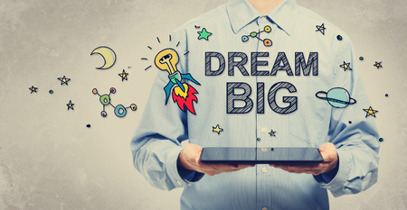 Grote droom concept met jonge man met een tablet-computer