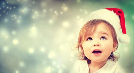 neige noel: Bonne fille enfant avec un chapeau de Père Noël Banque d'images