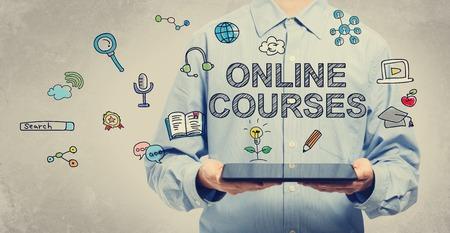 태블릿 컴퓨터를 들고 젊은 남자와 온라인 교육 과정의 개념