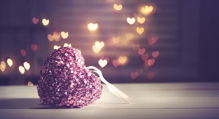 Roze hart op hartvormige abstracte lichte achtergrond Stockfoto - 51765884