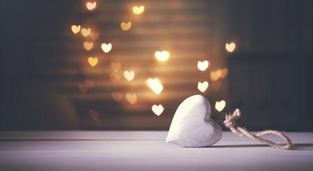 Weiße Holz Herz auf Herz hellem Hintergrund geformt Standard-Bild - 51765932