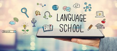 languages: Concepto de la escuela de idiomas con el hombre que sostiene un equipo Tablet PC Foto de archivo