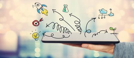 Creativiteit concept met een man die een tablet-computer