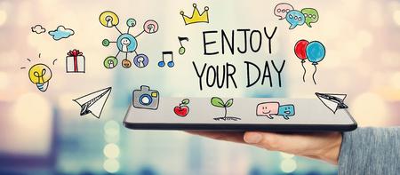 タブレット コンピューターを保持している人とあなたの日の概念をお楽しみください。