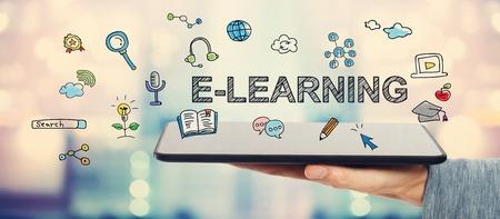 Concepto del aprendizaje electrónico con el hombre que sostiene un equipo Tablet PC