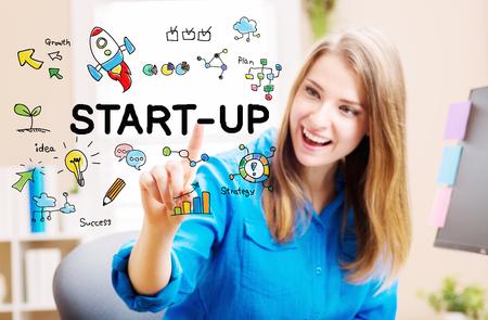 Start-Up-Konzept mit jungen Frau in ihrem Büro zu Hause Standard-Bild - 52412263