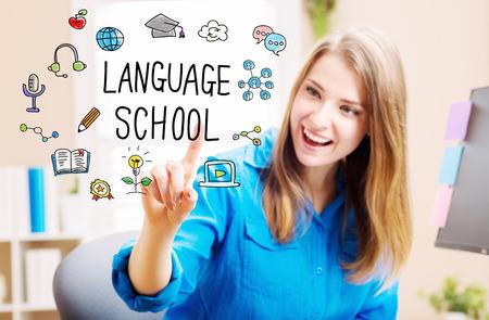 idiomas: Concepto de la escuela de idiomas con mujer joven en su oficina en casa