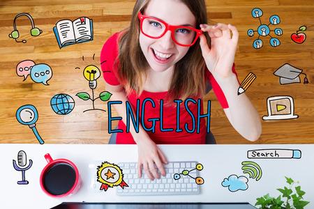 Engels concept met jonge vrouw, gekleed in rode glazen in haar kantoor aan huis Stockfoto