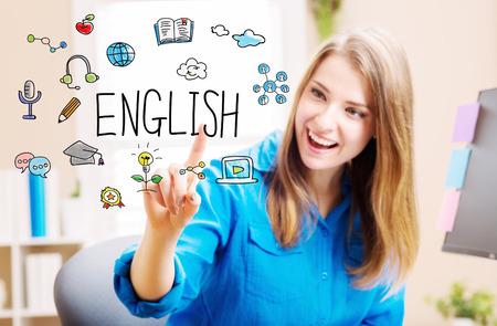 Koncepcja angielski z młodą kobietę w swoim domowym biurze