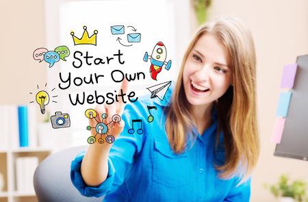 彼女のホーム オフィスで若い女性とスタート独自のウェブサイトのコンセプト 写真素材
