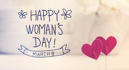 message de la Journée Womans avec de petits coeurs rouges avec des plats blancs