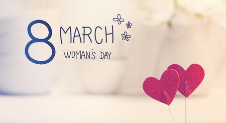 messaggio Womans Day con piccoli cuori rossi con piatti bianchi