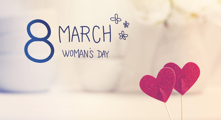 Womans Day Nachricht mit kleinen roten Herzen mit weißen Teller Standard-Bild - 52411886