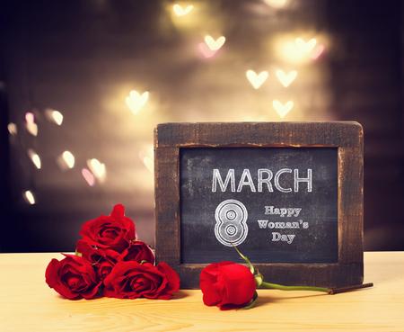 8 mars Message de la journée des Womans sur un petit tableau avec des roses rouges