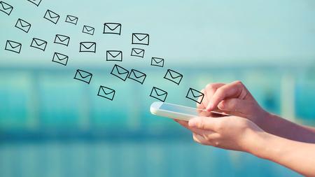 E-Mail-Konzept mit der Person ein Smartphone halten Standard-Bild - 53023255