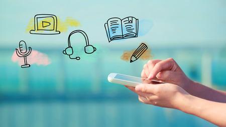 E-Learning-Konzept mit der Person ein Smartphone halten Standard-Bild - 53023306