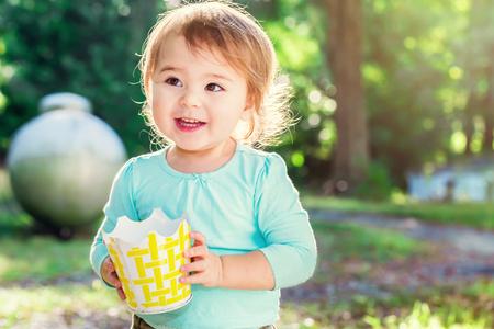 Muchacha feliz del niño que sonríe afuera en una tarde soleada Foto de archivo - 53023369