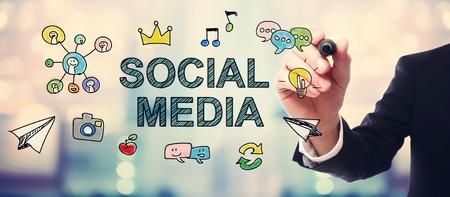 Zakenman tekening Social Media concept op wazige abstracte achtergrond Stockfoto