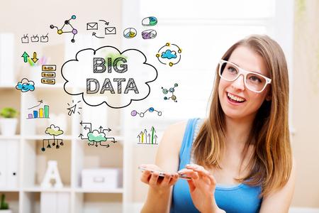 Big concept de données avec jeune femme portant des lunettes blanches à l'aide de son smartphone dans sa maison Banque d'images