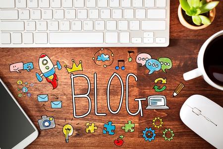 Blog concept met werkstation op een houten bureau