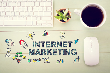 밝은 녹색 나무 책상에 워크 스테이션과 인터넷 마케팅의 개념