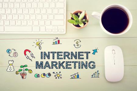 Concepto de marketing en Internet con estación de trabajo en un escritorio de madera de color verde claro Foto de archivo - 53677019
