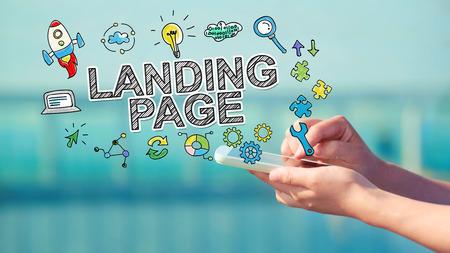 Landing page concept met persoon die een smartphone Stockfoto