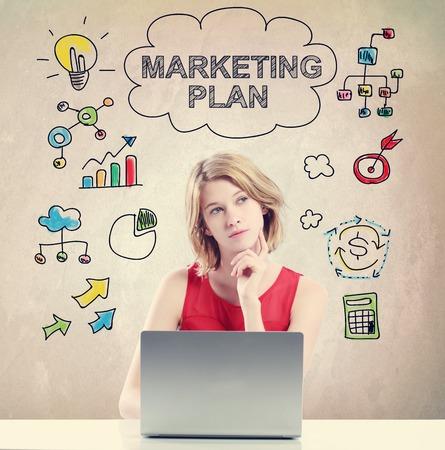 Marketing Plan concept met jonge vrouw werkt op een laptop Stockfoto