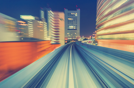 transportes: movimiento POV concepto de imagen borrosa tecnología de alta velocidad Resumen de la monorraíl Yuikamome en Tokio, Japón