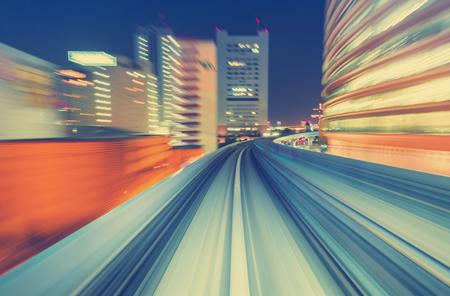 giao thông vận tải: Tóm tắt công nghệ tốc độ cao chuyển động POV khái niệm hình ảnh bị mờ từ monorail Yuikamome tại Tokyo Nhật Bản