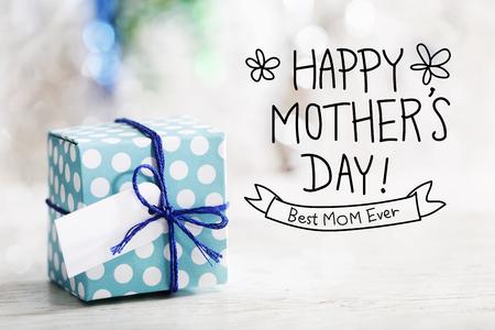 madre: Mensaje feliz del día de madres con la pequeña caja de regalo hecho a mano Foto de archivo
