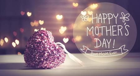 Mensaje feliz del día de madres con el corazón rosado con luces en forma de corazón Foto de archivo