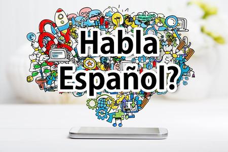 화이트 테이블에 스마트 폰 Habla 스페인어 개념 스톡 콘텐츠