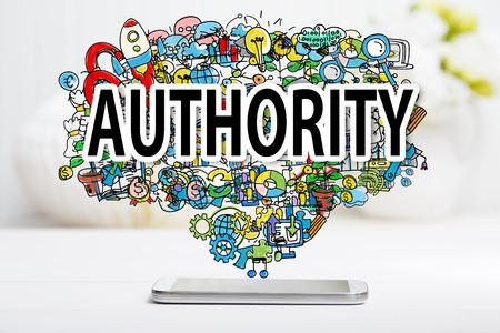 notion Autorité smartphone sur table blanche