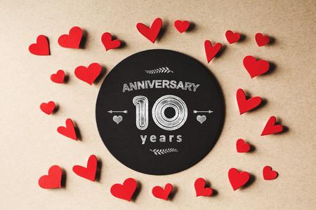 Jubileum 10 jaar bericht met handgemaakte kleine papieren hartjes
