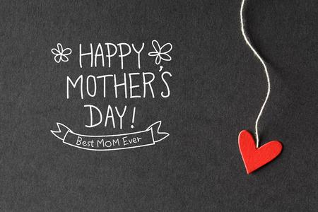 agradecimiento: Mensaje feliz del d�a de madres con peque�os corazones de papel hechas a mano Foto de archivo
