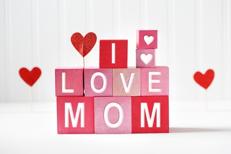 I Love Mom texts on red and pink wooden blocks Stockfoto
