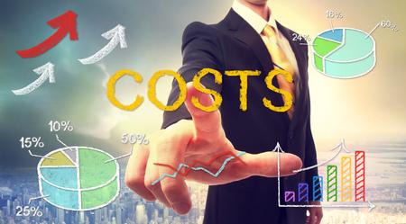 Kosten concept met zakenman en grafieken en pijlen Stockfoto
