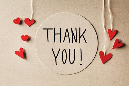 Dank u bericht met handgemaakte kleine papieren hartjes
