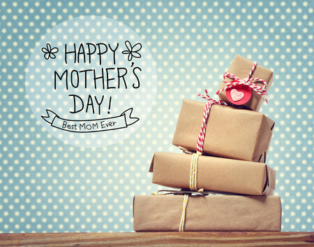 Moeders bericht van de Dag met een stapel van geschenkdozen
